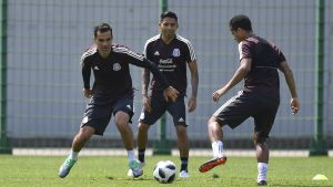 Márquez, a la izquierda, sin publicidad en su camiseta, en el último entrenamiento de México.