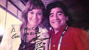 Maradona, con la autora del artículo en el Mundial de Alemania
