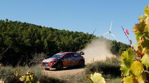 Dani Sordo conduce su Hyundai i20 Coupe WRC por los caminos de Gandesa.