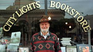 Lawrence Ferlinghetti, frente a City Lights, la librería que fundó en San Francisco.