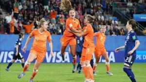 La azulgrana Lieke Martens celebra el martes su gol marcado de penalti en el minuto 90.