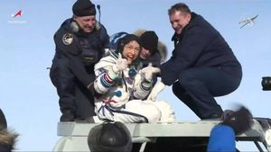 Christina Koch saluda a las cámares tras aterrizar en Kazajistán, este jueves.