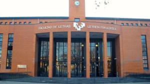 Fachada de la Facultad de Letras de la Universidad del País Vasco en Vitoria.