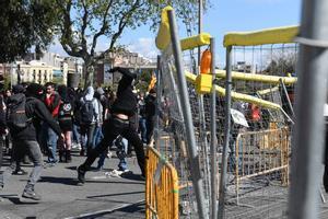 Seguidores de Arran tratan de boicotear un acto de Vox en Barcelona el pasado marzo.