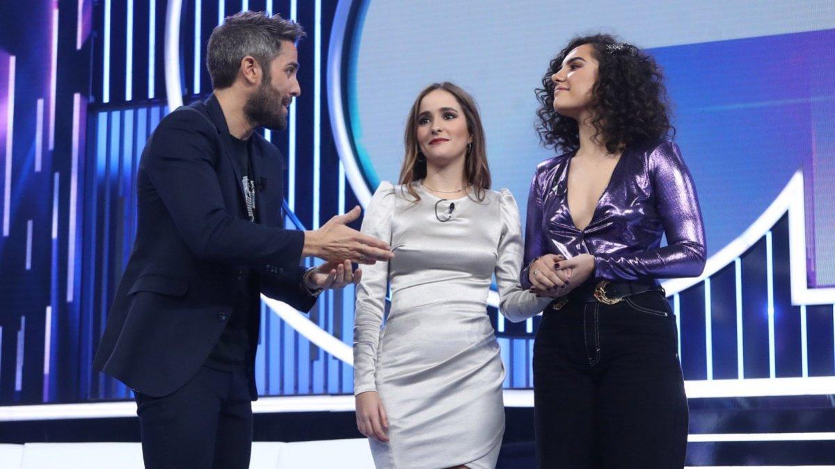 Roberto Leal con Marilia y Marta en el plató de 'OT 2018'.