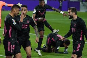 El madridista Casemiro (i) celebra el gol de la victoria ante el Valladolid.