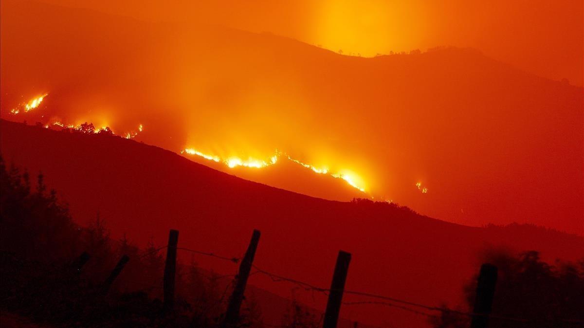Llamas del incendio forestal que ha afectado a la zona de la Reserva Natural de los Ancares, en Lugo, este lunes.