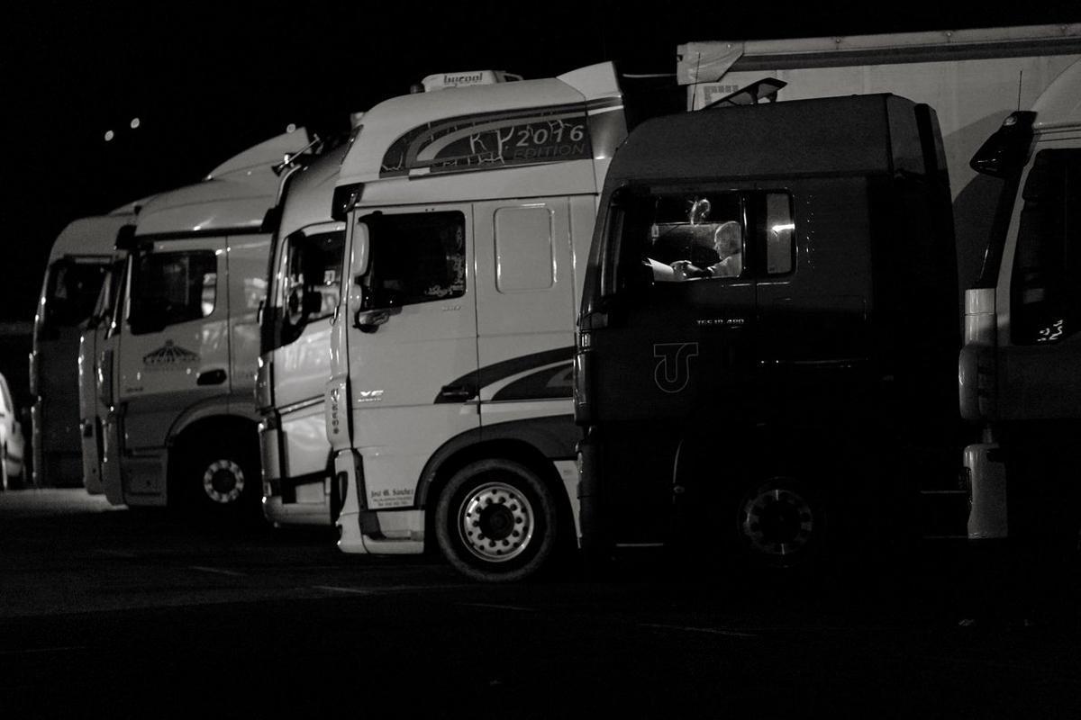 Después de un largo día, es hora de acostarse en el gran parque de camiones.