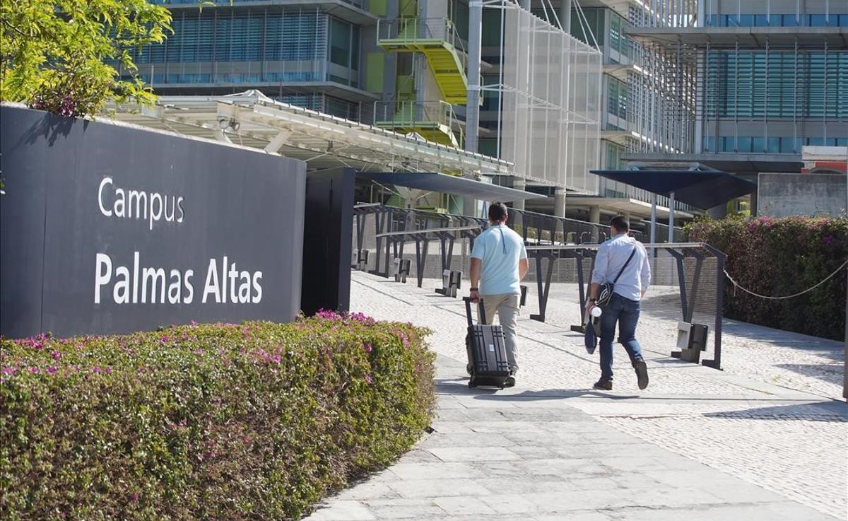 La Guardia Civil registra la sede central de Abengoa. En la foto, dos agentes durante el registro de la sede de Abengoa en Sevilla por delitos societarios y contra el mercado y los consumidores.