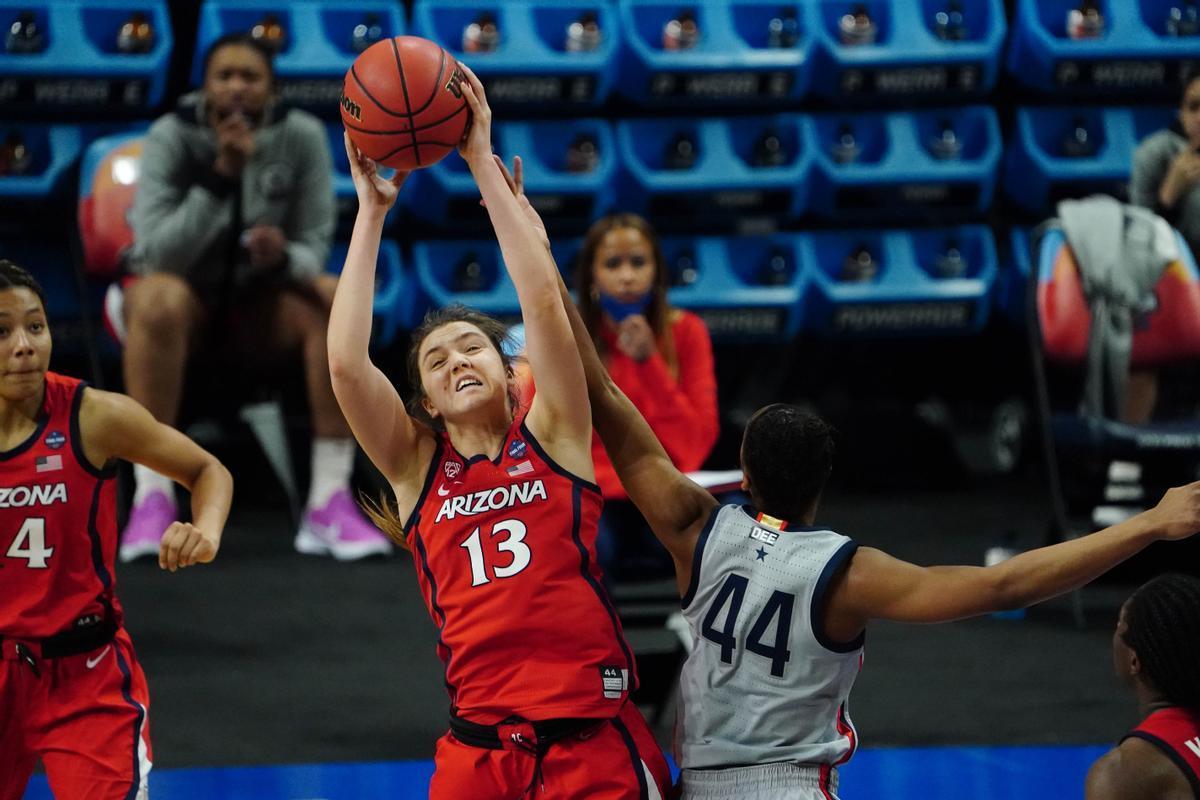 Helena Pueyocaza uno de sus ocho rebotes en la semifinal contra las Huskies.