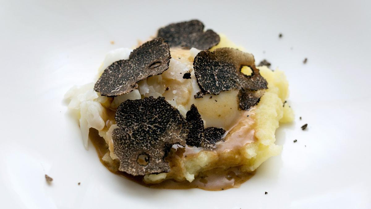 Huevo a baja temperatura con 'parmentier', setas, migas crujientes, jugo de asado y trufa del menú de trufa del Hotel Majestic.