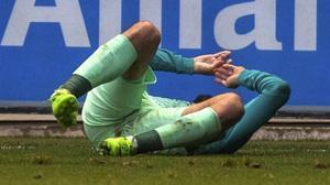 Aleix Vidal se lamenta de la grave lesión que padeció en su tobillo derecho en Mendizorroza.