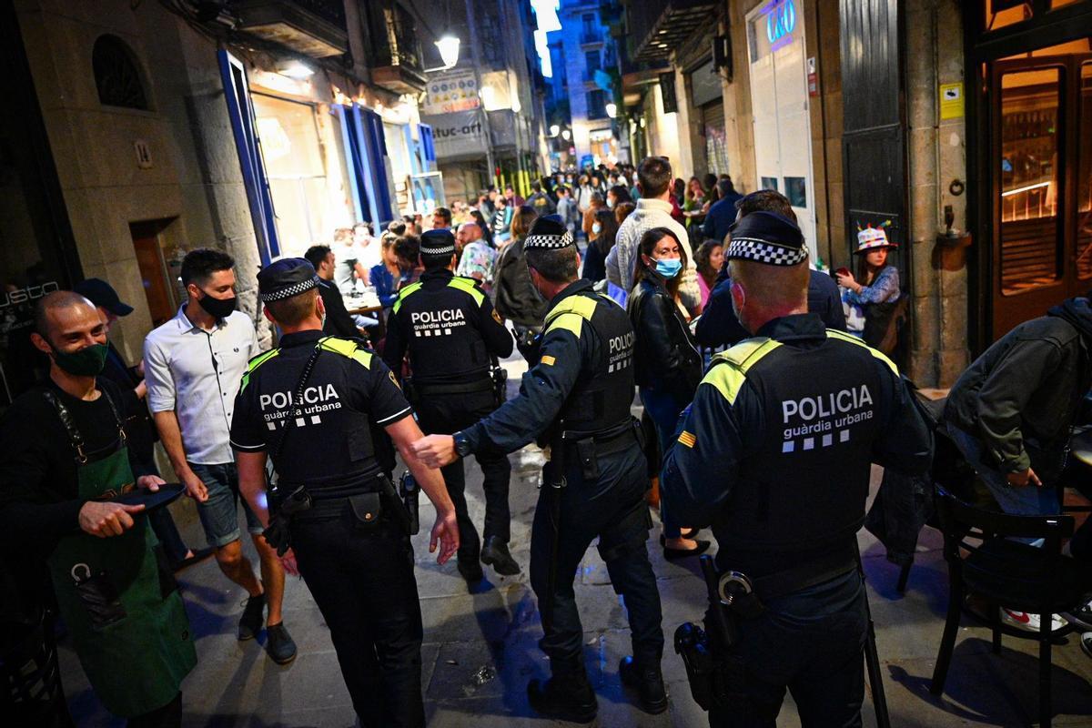 La Guardia Urbana controla la zona del Born de Barcelona./Manu Mitru
