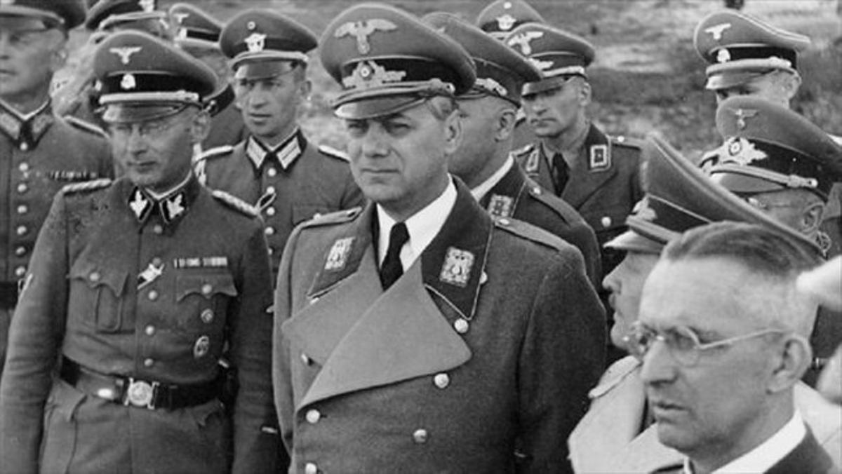 Rosenberg (centro), en la Kiev ocupada, en 1942, con cargos nazis.