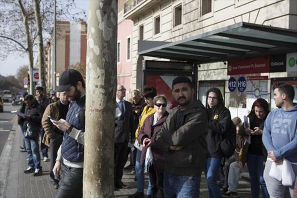 Cola en una parada de autobús, durante los horarios de servicios mínimos de la huelga de autobuses del 23 de febrero.