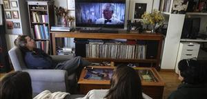 Una familia ve 'El Hoyo' en marzo, durante el confinamiento.