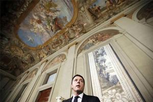 Renzi se dirige a los periodistas en el palacio del Quirinal.