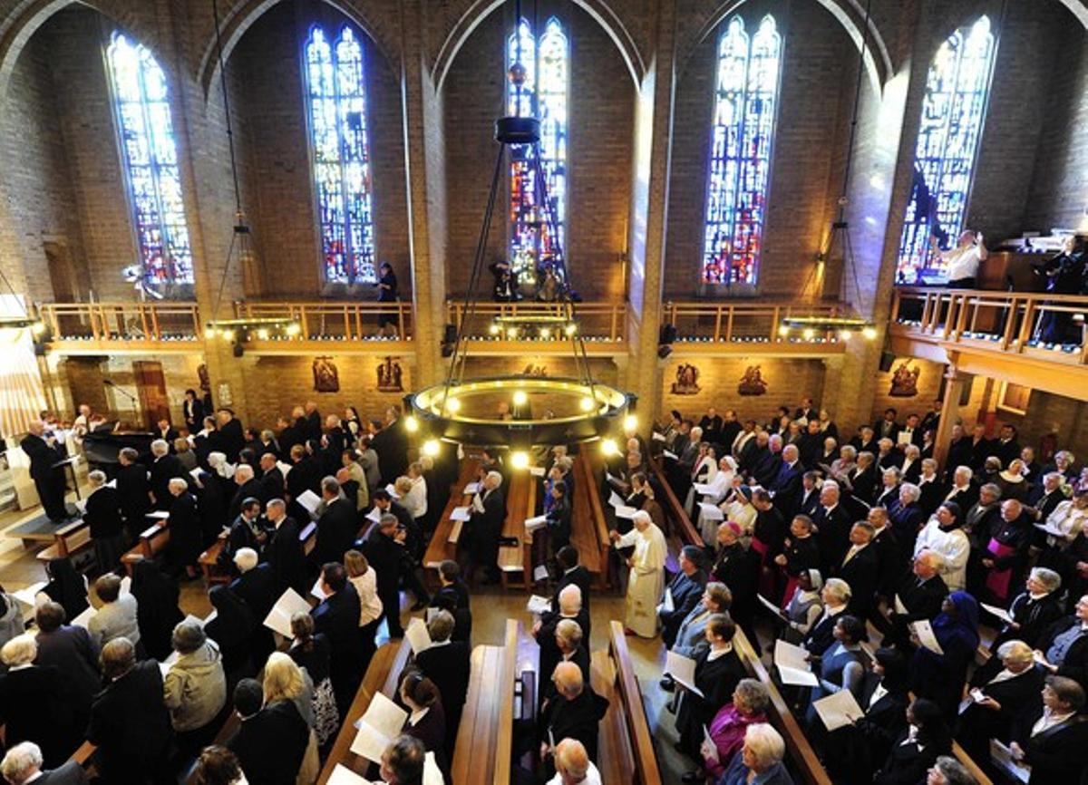 Benedict XVI, en el centro de la imagen, llega alSaint Mary's University College Chapel de Londres, hoy.