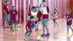 MOTIVATS PER SER COM MESSI.Una quinzena de jugadors i jugadores, d'entre 10 i  40 anys, s'entrenen setmanalment al pavelló esportiu de Vilassar de Mar.