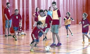 MOTIVADOS PARA SER COMO MESSI.Una quincena de jugadores y jugadoras, de entre 10 y  40 años, entrenan semanalmente en el pabellón deportivo de Vilassar de Mar.