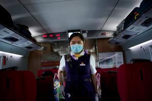 Una empleada de un tren de alta velocidad en Wuhan (China).