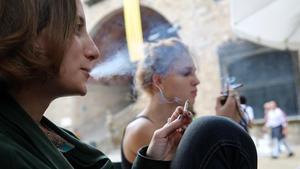 Unas jóvenes fuman tabaco de liar, en una imagen de archivo.