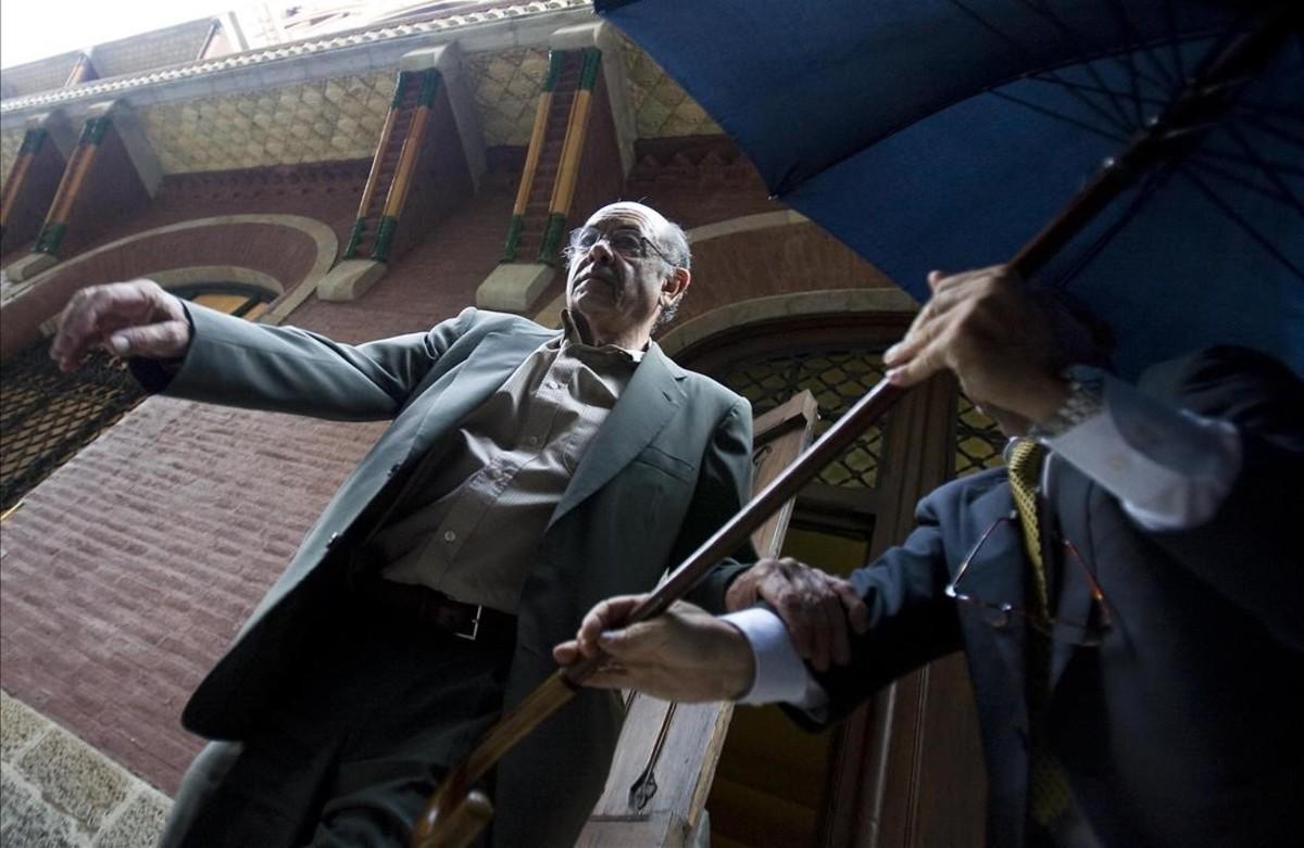 Félix Millet saliendo del Palau de la Música, tras el registro del auditorio, el 23 de julio del 2009.