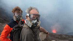 Werner Herzog, con Clive Oppenheimer, en 'Dentro del volcán'