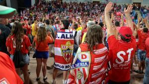 Aficionados del Almería tras una invasión de campo.