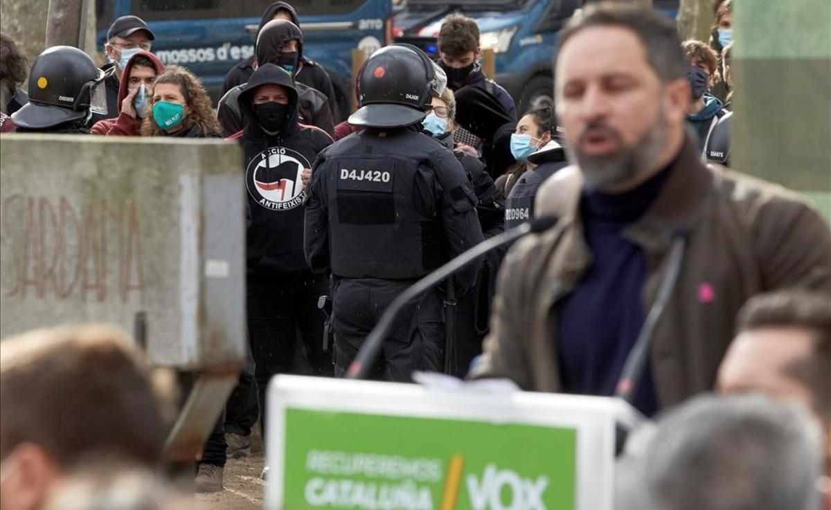 Enfrentamientos entre manifestantes de Vox y antifascistas en un acto del partido en el parque de la Devesa de Girona. En la foto, Santiago Abascal, durante su intervención.