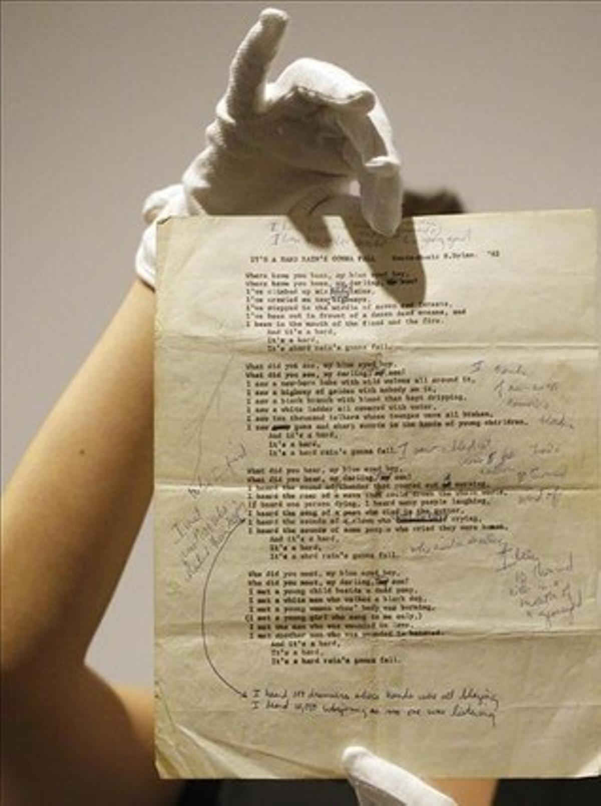 Un empleado de Sotheby's muestra el manuscrito de 'A hard rain's a-gonna fall' de Bob Dylan.