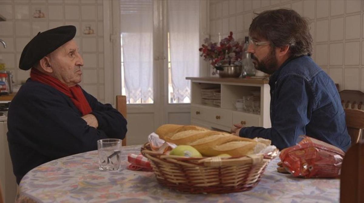 Jordi Évole, en 'Salvados', con Lucio Urtubia.
