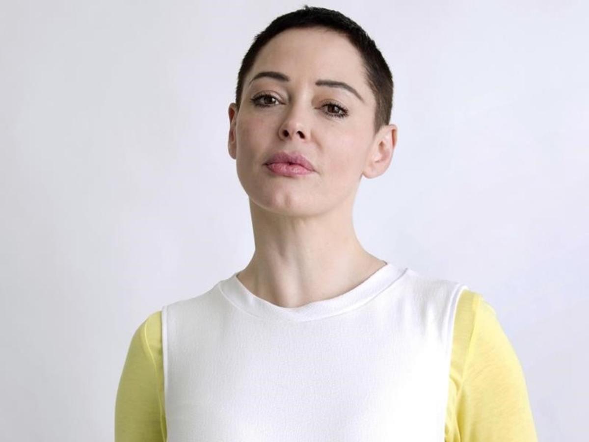 RoseMcGowan. Fue la primera actriz que denunció los abusos sexuales de Harvey Weinstein en el Festival de Sundance en 1997. McGowan ha escrito el libro 'Brave' en el que arremete contra los hombres sagrados de Hollywood.