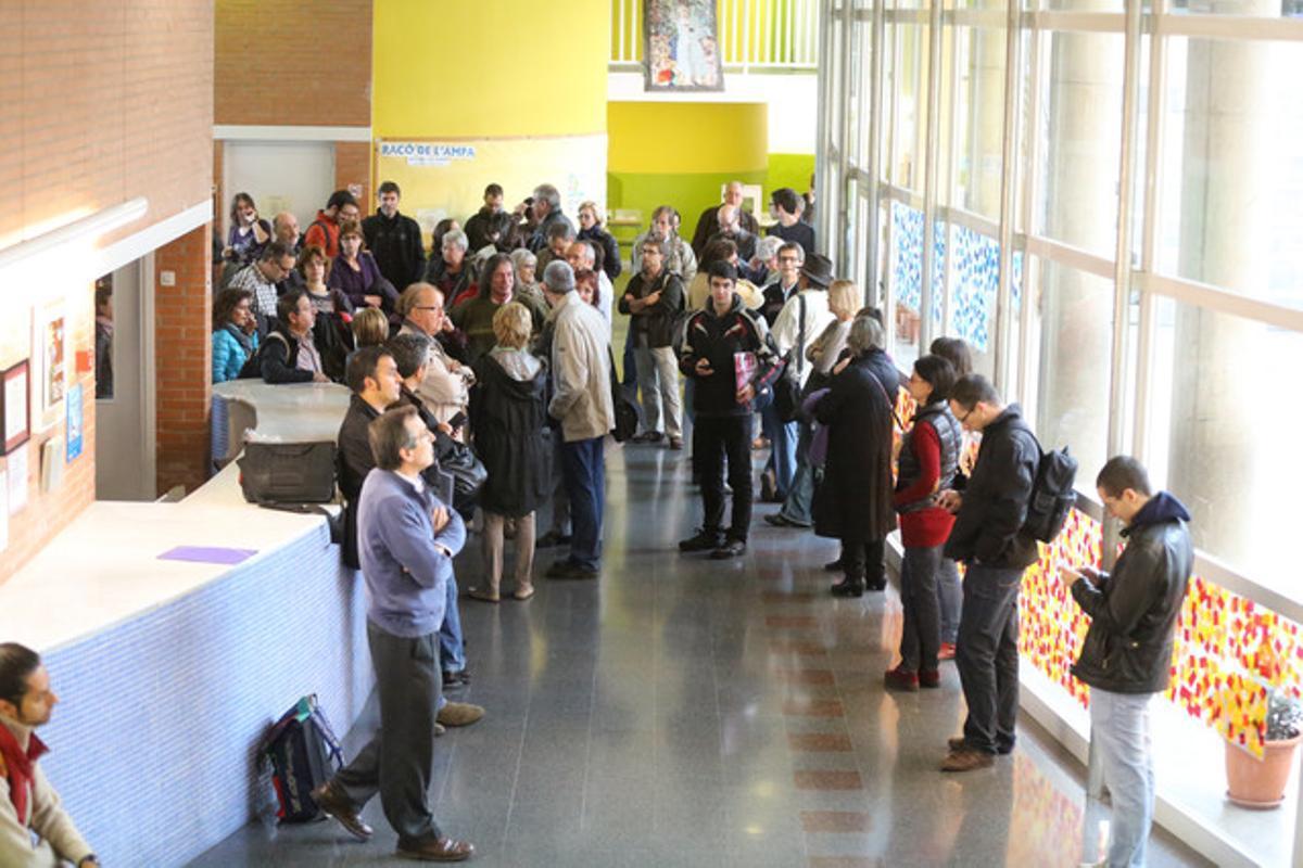 Cola de ciudadanos en la escuela Tabor de Barcelona, antes de que abrieran las urnas del proceso participativo del 9-N.