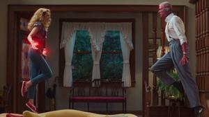 Elisabeth Olsen y Paul Bettany, en un fotograma de 'Bruja Escarlata y Visión'.