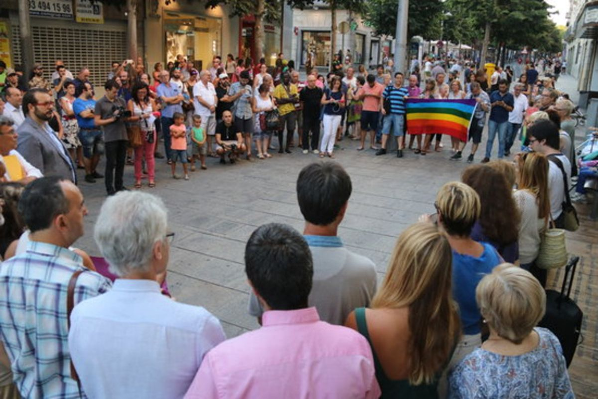 Un centenar de personas concentradas en Mataró para rechazar la homofobia, en una imagen de archivo