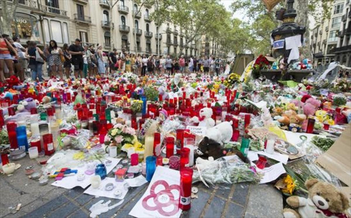 Velas y mensajes en recuerdo de las víctimas del 17-A en la Rambla.