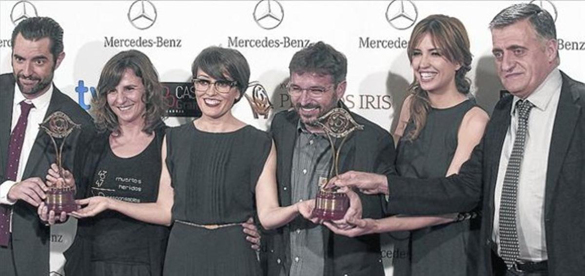 Profesionales de los programas 'El intermedio' y 'Salvados', tras recibir los premios Iris, el pasado martes.
