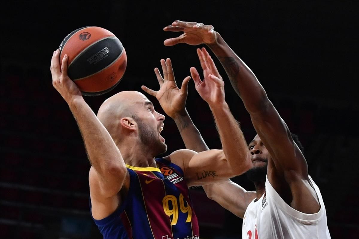 El azulgrana Nick Calathes intenta superar a Johnson, en una acción del partido