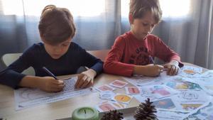 Dos niños juegan a 'Una increíble aventura con los Reyes Magos'.