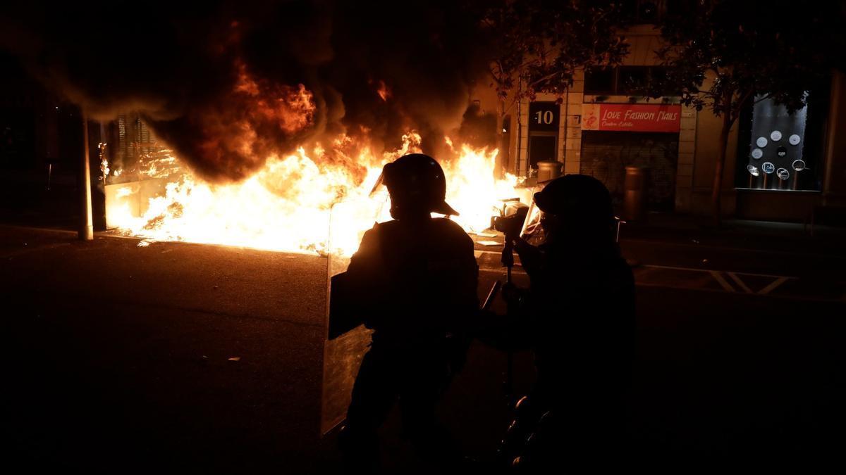 Contenedores ardiendo en Gran de Gràcia durante la manifestación de este martes por la detención del rapero Pablo Hasél