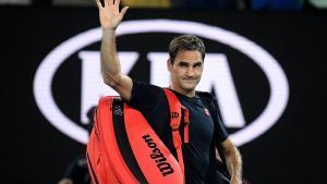 Federer saluda tras perder el año pasado en el Abierto de Australia.
