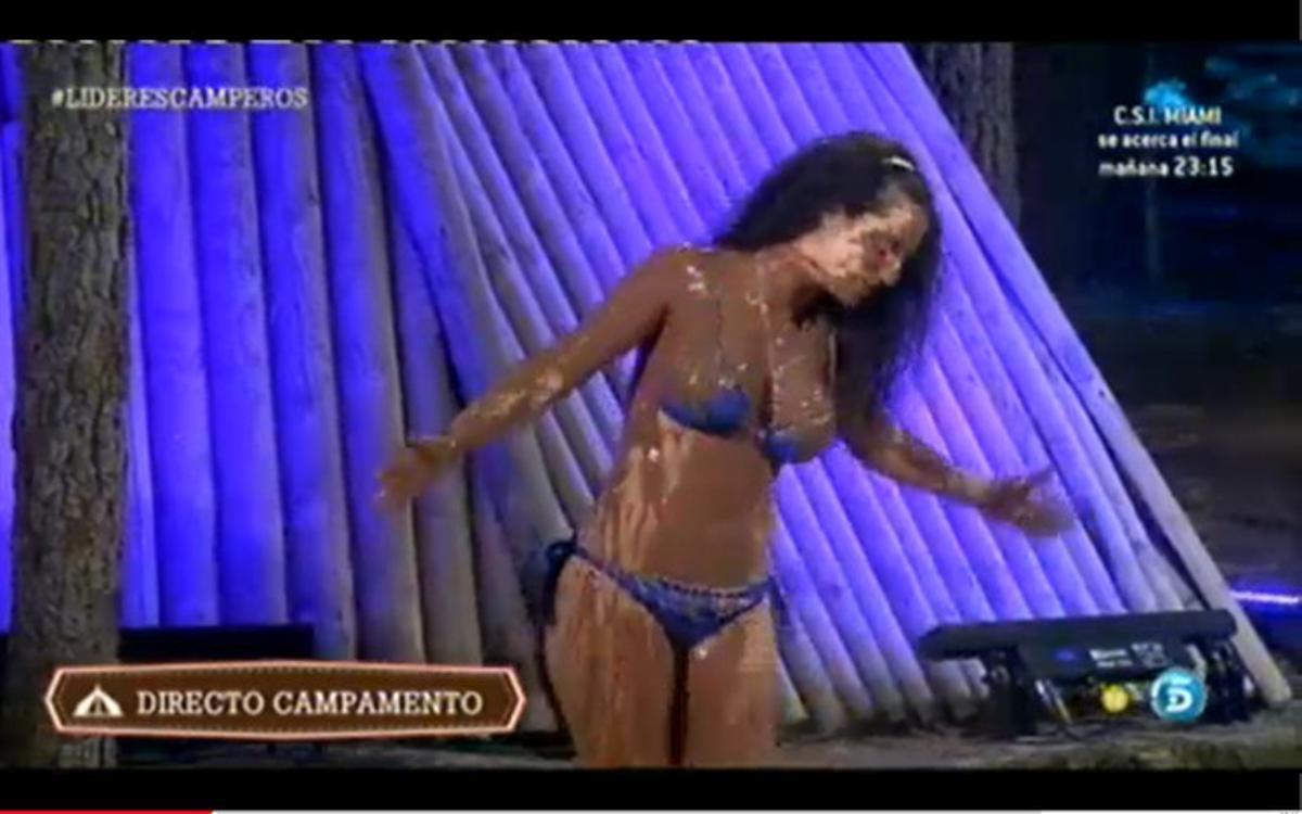 La concursante Noemí Merino recibiendo un baño de chocolate en 'Campamento de verano'.