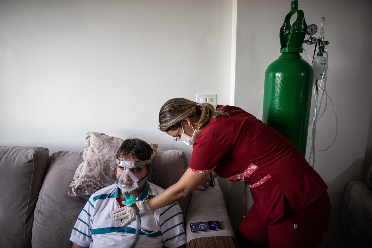 Un enfermo de coronavirus es atendido en su casa, en el Amazonas (Brasil).