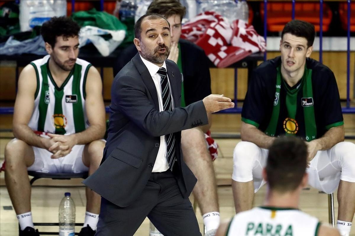 El técnico del Joventut, Carles Duran, da instrucciones en un reciente encuentro