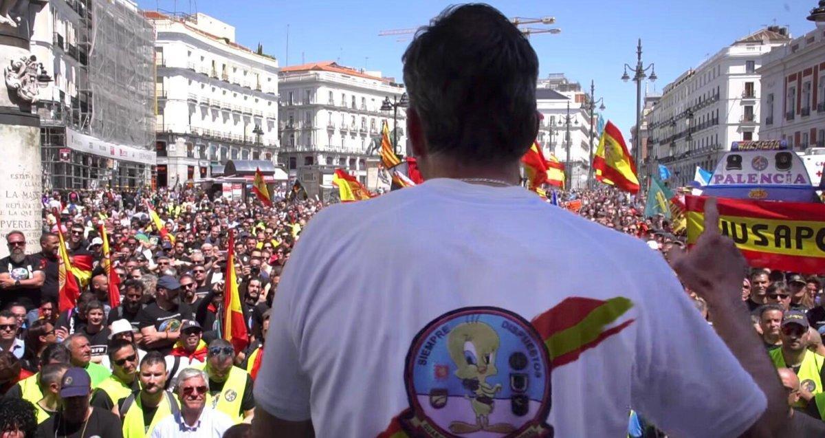 Javier Ortega Smith, secretario general de Vox, habla en una concentración de la plataforma de guardias y policías Jusapol el pasado 5 de mayo. En su camiseta, un Piolín.