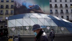 Mascarillas y publicidad en las calles de Madrid