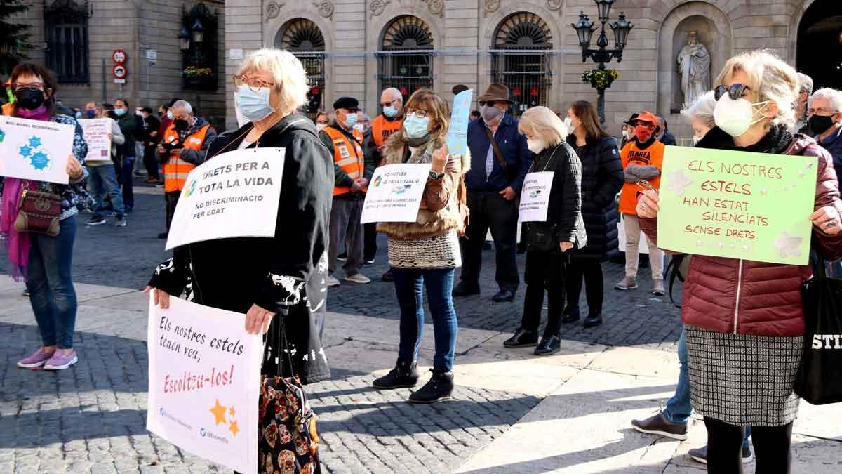 Residències 5+1 se manifiesta en Sant Jaume contra el traslado de positivos de covid entre residencias. Lo explica la coordinadora de la entidad, Maria José Carcelén.