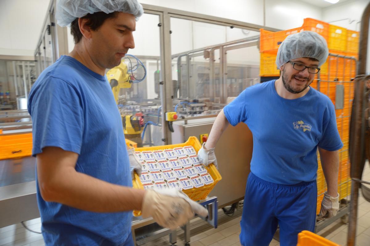 Dos trabajadores en La Fageda