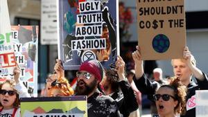 Activistas de Extinction Rebellion, el día15, a las puertas de la pasarela de moda de Londres.